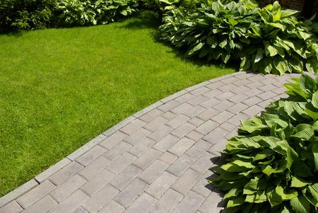 Tuin stenen pad met gras opgroeien tussen de stenen