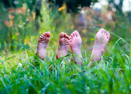 niños felices acostado en la hierba verde al aire libre en el parque de la primavera