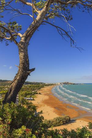 Summertime relax.The most beautiful coasts of Italy: bay of Vieste, (Apulia). Foreshortening of  Scialara beaches: its typical sandy beach of the Gargano coast. 版權商用圖片