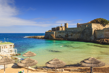 Apulia beach: Porto Ghiacciolo, placed in the south area of Monopoli, near S. Stefano Abbey,is a peculiar creek characterized by the spring ice-cold waters (Italy). 版權商用圖片