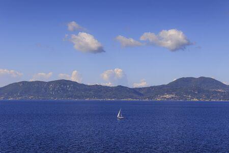 Sea horizon with sailboats in the wind: coast of Greece in the Aegean Sea. Beautiful Mediterranean coastline. 版權商用圖片