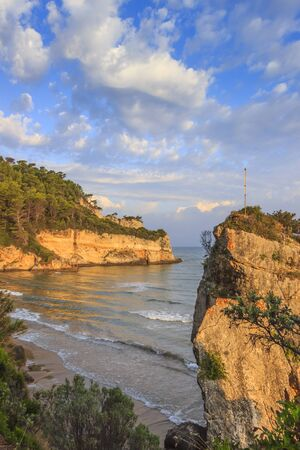 Tipycal coastline of Gargano: Peschici beach. In the wide bay of Peschici, cove of Jalillo is a small corner of paradise, surrounded by nature, the perfect place for those who look for privacy. 版權商用圖片