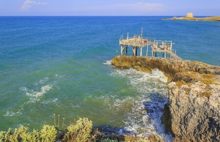 Apulia sea: the trebuchet. The characteristic trabucco is the background for long strolls by the sea of Gargano promontory in southern Italy. 版權商用圖片