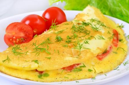 huevos revueltos: Tortilla con hierbas y verduras en el plato