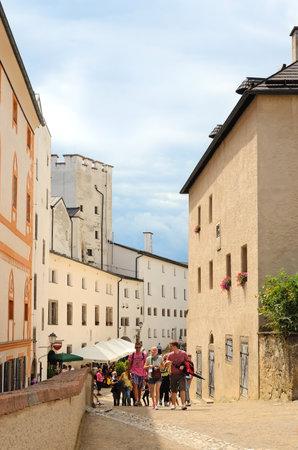 amadeus mozart: Salzburgo, Austria - 30 de julio: Los turistas visitan Salzburgo el 30 de julio de 2013 en Salzburgo, Austria. Salzburgo es la cuna de Wolfgang Amadeus Mozart. City fue catalogado como Patrimonio de la Humanidad por la UNESCO en 1997. Editorial