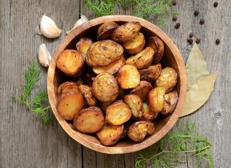 potato: Khoai tây nướng trong bát trên bàn gỗ