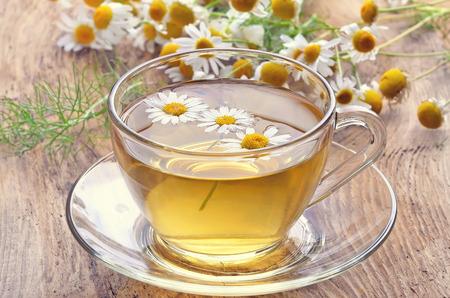 Herbata ziołowa z kwiatów rumianku na tamtejsze powierzchni drewnianych