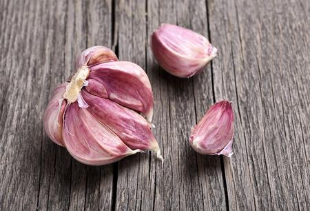 ajo: Dientes de ajo sobre fondo de madera