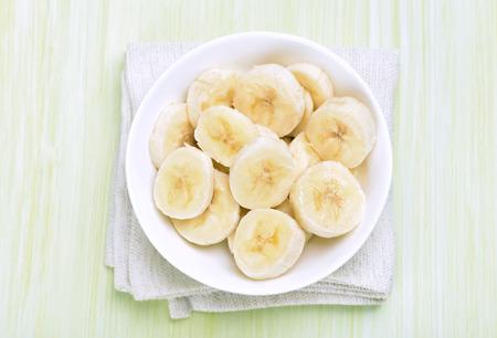 platano maduro: Plátano rebanado en el plato, vista desde arriba