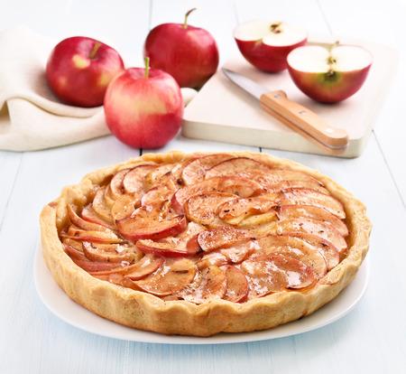 나무 테이블에 사과 파이