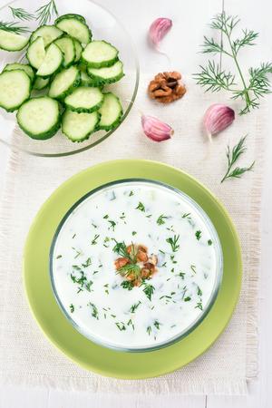 yaourts: Soupe froide de concombre et de yaourt, vue de dessus Banque d'images