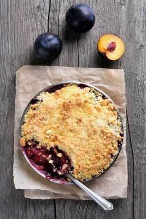 to crumble: Plums crumble pie, top view