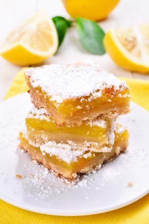 lemon pie: tarta de lim�n en rodajas en un plato blanco