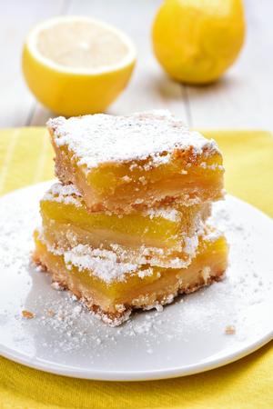 lemon pie: tarta de limón en rodajas en un plato blanco