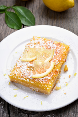 lemon pie: tarta de lim�n en un plato blanco Foto de archivo