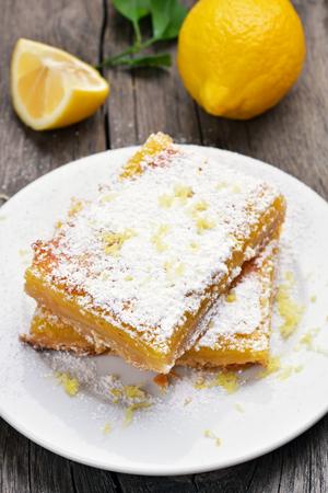 pie de limon: Postre rebanada pastel de limón en un plato blanco