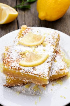 lemon pie: tarta de lim�n en un plato blanco, estilo de pa�s Foto de archivo
