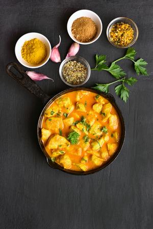 Poulet au curry sur fond de pierre sombre avec espace de copie. Vue de dessus, plat poser nourriture