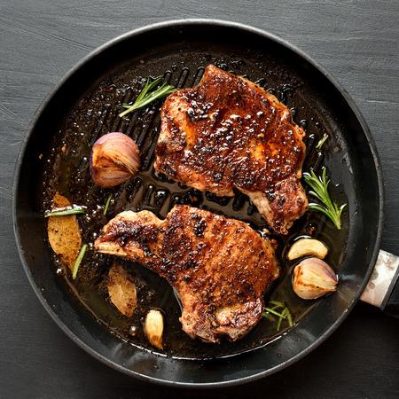 Gegrilde biefstuk in koekenpan, close-up. Bovenaanzicht, plat gelegd Stockfoto