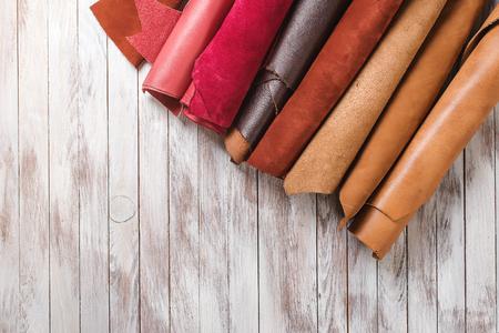 木製の背景ロールで色とりどりの革。