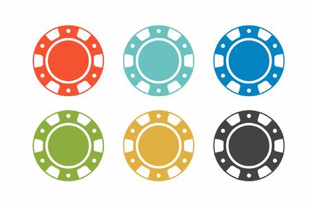 Jetons de casino colorés sur fond blanc. vue de dessus