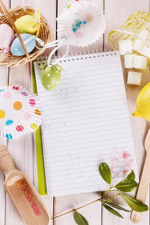 huevos de pascua: concepto de bicarbonato de Pascua con huevos de Pascua y decorativos herramienta de cocina. Vista superior, espacio de copia