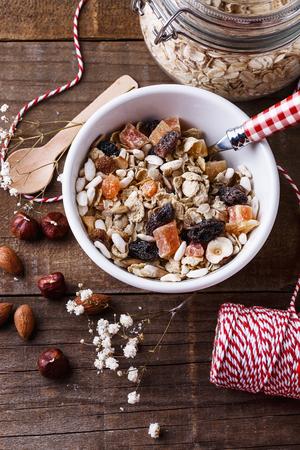 健全なグルテン フリー ミューズリー上から素朴な木製の背景にナッツ類、乾燥果実です。きれいに食べる、健康的な生活、ビーガン、ベジタリアン 写真素材