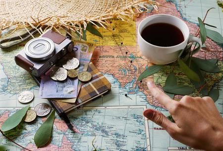 地図とポインティングフィンガーで休日の概念。レトロな効果、カラートーン、選択的焦点、被写界深度の浅い 写真素材