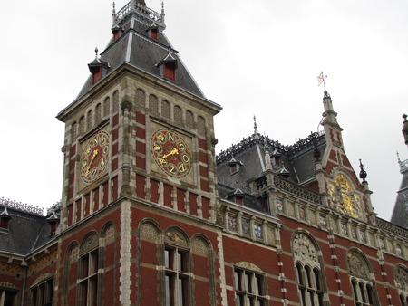 Klokkentoren en gebouw in Amsterdam