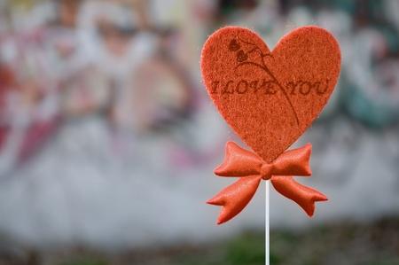 te amo: Palabras: I love you, sobre un corazón de fieltro Foto de archivo