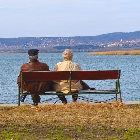 Senior couple relaxing on a bench Banco de Imagens