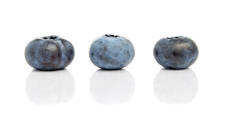 Drei Blaubeeren mit Reflexion auf weißem Hintergrund Standard-Bild - 14455673