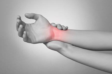 Een jonge vrouw aan te raken haar pijnlijke pols