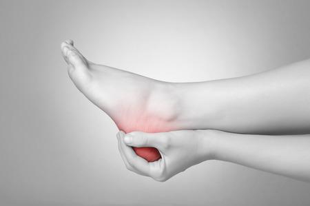 tacones rojos: Una joven mujer masajear su dolorosa talón Foto de archivo