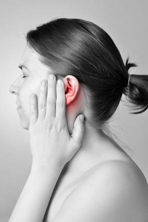 dolor de oido: Mujer joven que toca su dolorosa del o�do