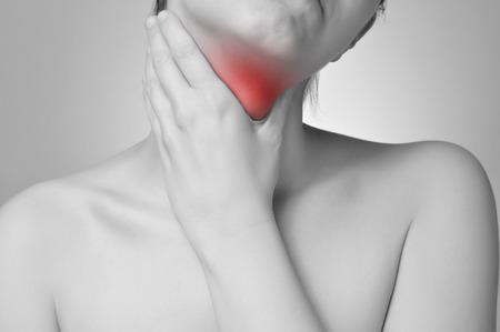Jeune femme tenant son douloureux gorge Banque d'images - 27362762