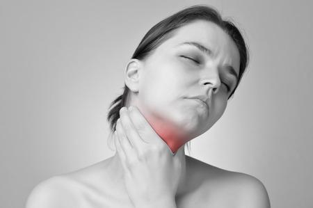Junge Frau mit ihrem schmerzhaften Hals Standard-Bild - 27363034