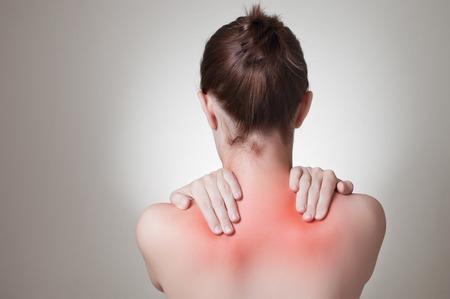 epaule douleur: Vue arri�re d'une jeune femme toucher son dos Banque d'images