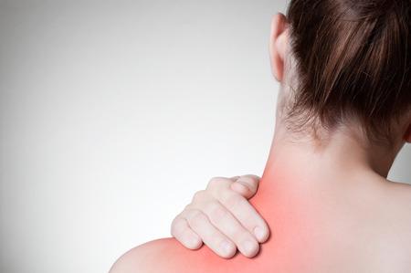 douleur epaule: Vue arri�re d'une jeune femme toucher son dos Banque d'images