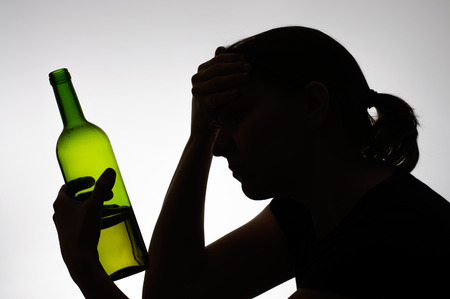 Silhouet van een vrouw die een fles