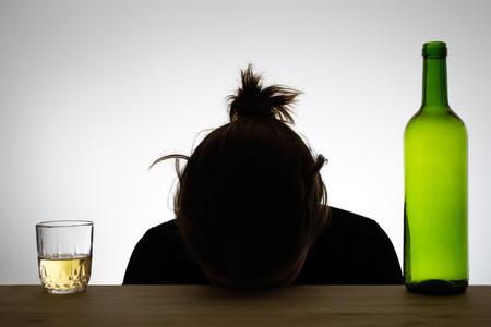 jovenes tomando alcohol: Mujer alcohólica