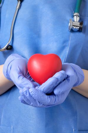 Rztin hält ein rotes Herz Form Standard-Bild - 39336285