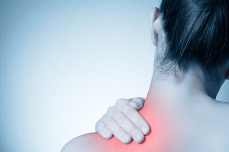 Rückansicht einer jungen Frau zu berühren ihrem Rücken Standard-Bild - 55549182