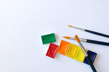 Photo of watercolor paints in cuvettes with brushes for water color painting Foto de archivo