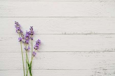 Zusammensetzung des Lavendels auf hölzernem Hintergrund. Frische Sommerblumen. Freiraum