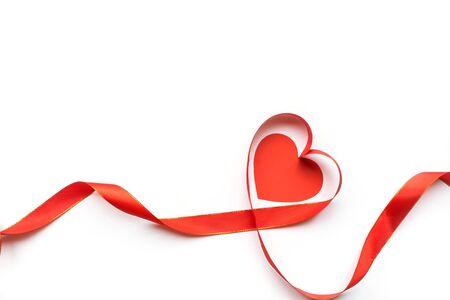 Widok z góry wstążki w kształcie serca na białym tle. Koncepcja walentynek