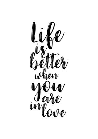 手描きのレタリング。インクイラスト。現代の筆書道。白い背景に隔離されています。あなたが恋をしているとき、人生はより良いです。 写真素材 - 89586615