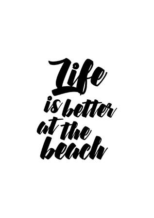 Cita de vida Aislado en el fondo blanco. La vida es mejor en la playa. Foto de archivo - 92577074