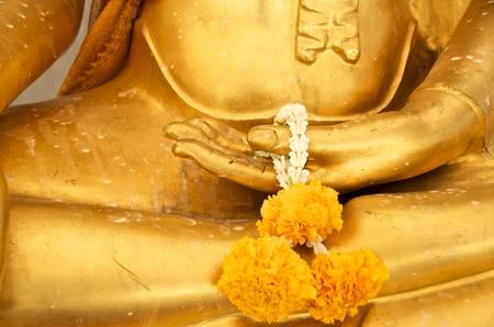 ghirlanda in mano oro buddha