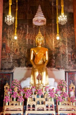 sitting gold buddha statue